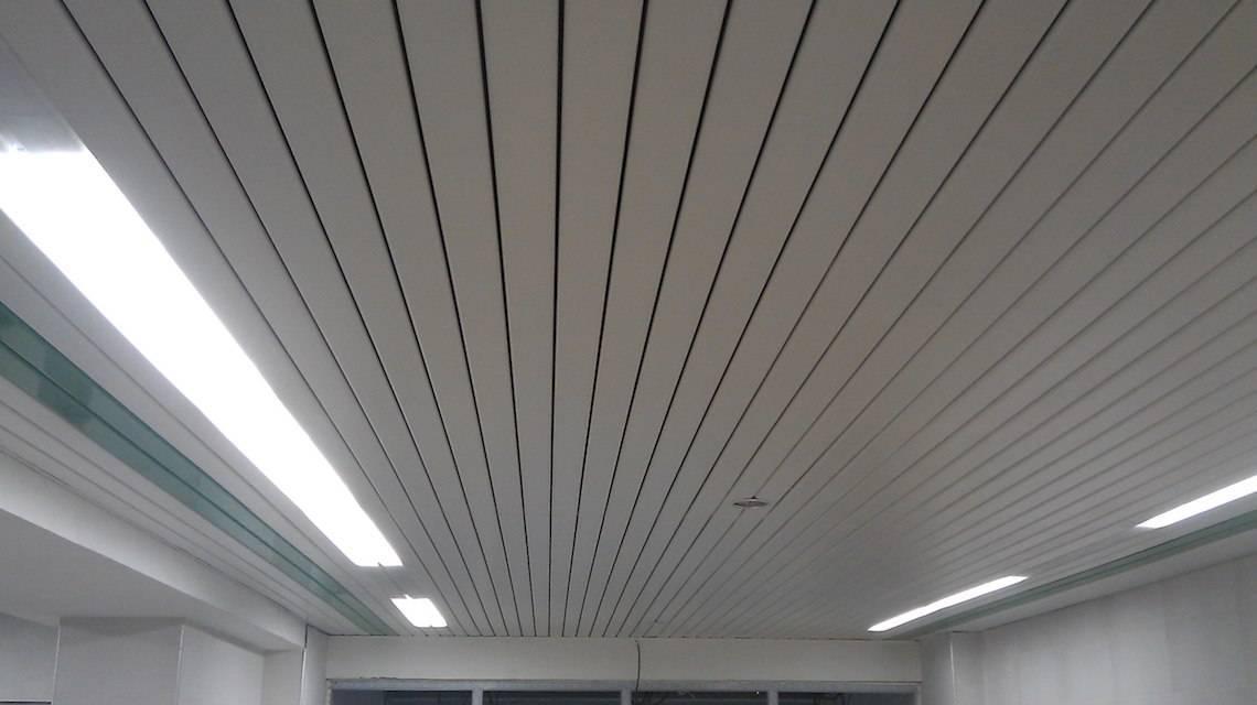 Алюминиевый потолок из реек: цена ремонта и комплекта, закрытые комплектующие