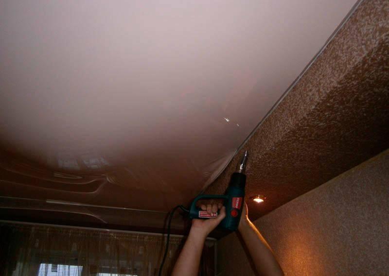 Слив воды с натяжного потолка как лучше всего провести