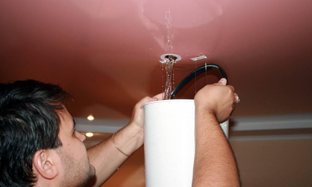 Как самому слить воду с натяжного потолка? фото- и видеоинструкция для самостоятельного устранения проблемы