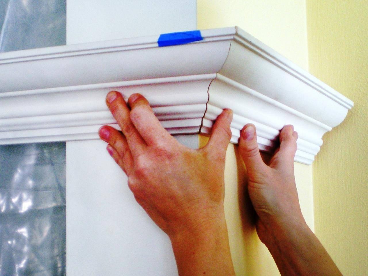 Как сделать угол на потолочном плинтусе и приклеить правильно
