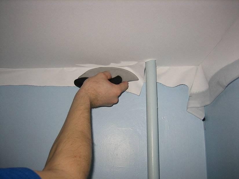 Обход трубы при установке натяжного потолка. особенности монтажа