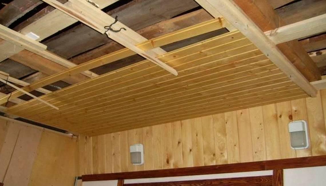 Отделка потолка в деревянном доме — варианты и фото готовых решений