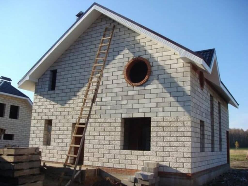 Дом из пеноблоков: строительство своими руками одноэтажных и двухэтажных, дачных и для постоянного проживания, а также его плюсы и минусы, размер материала
