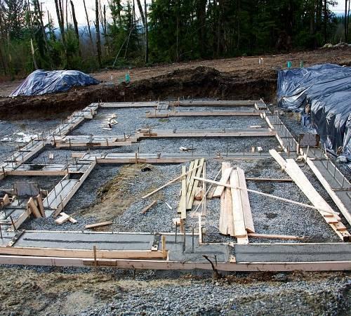 Какой фундамент лучше на болотистой местности - строительство своими руками