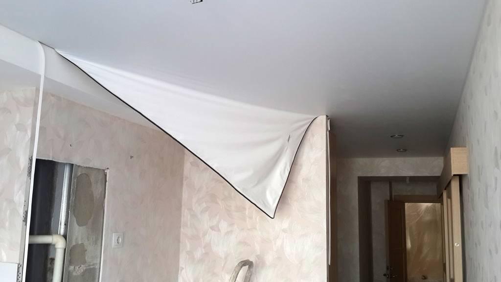 Как самому убрать воду с натяжного потолка, если залили соседи?