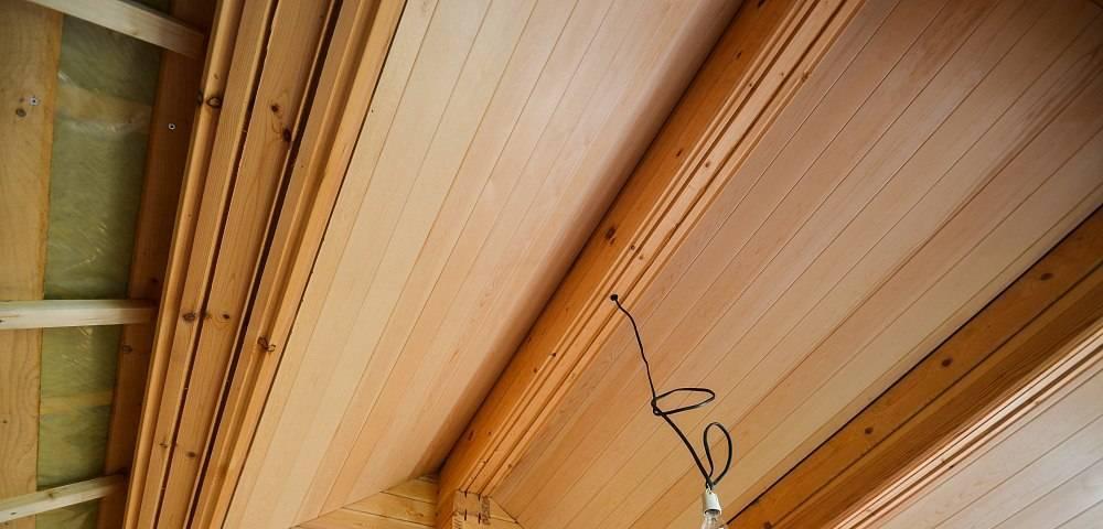 Потолок из вагонки своими руками: выбор материала и обшивка (видео, фото)