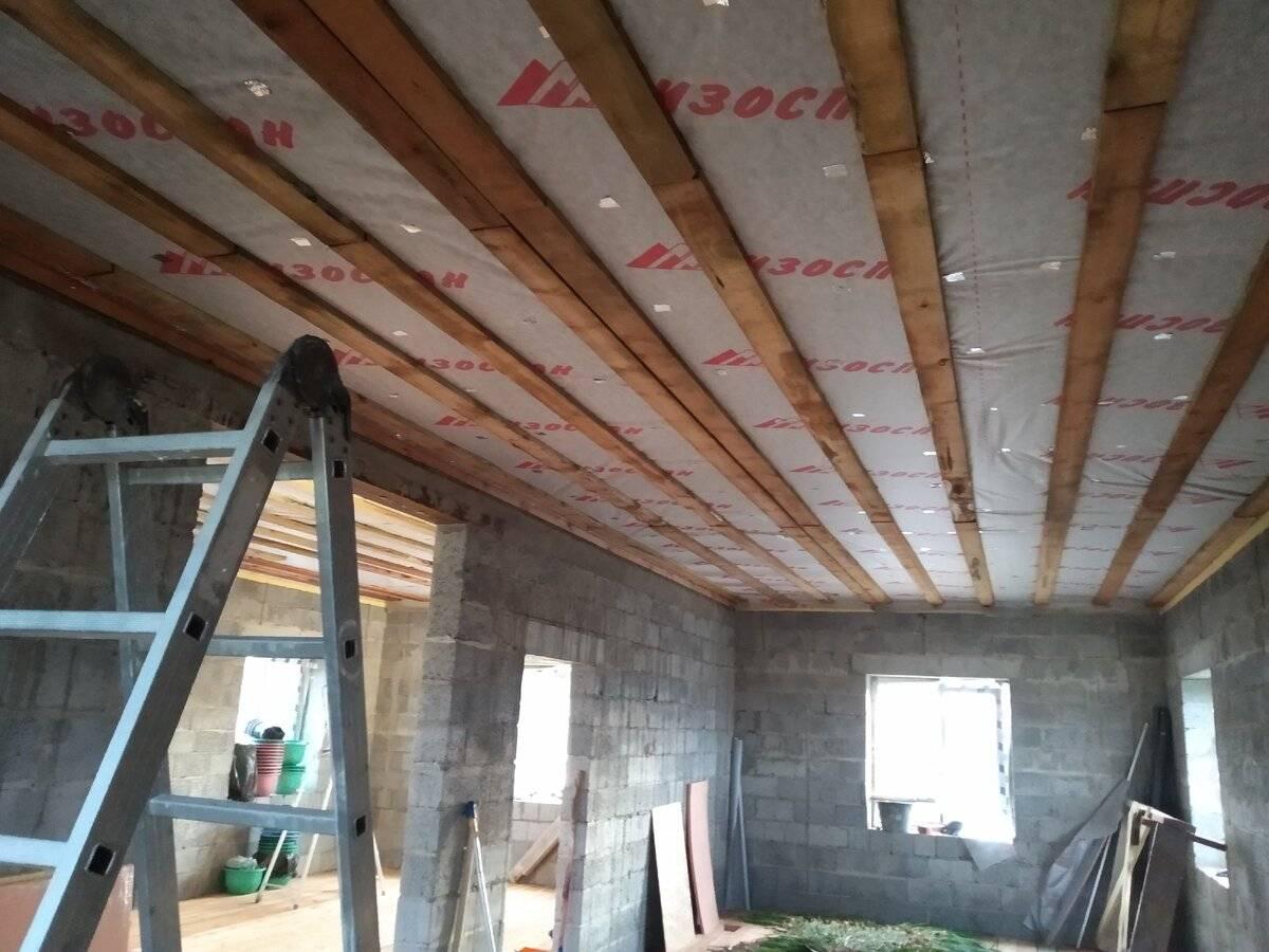 Подшивка чернового потолка в частном доме по деревянным балкам