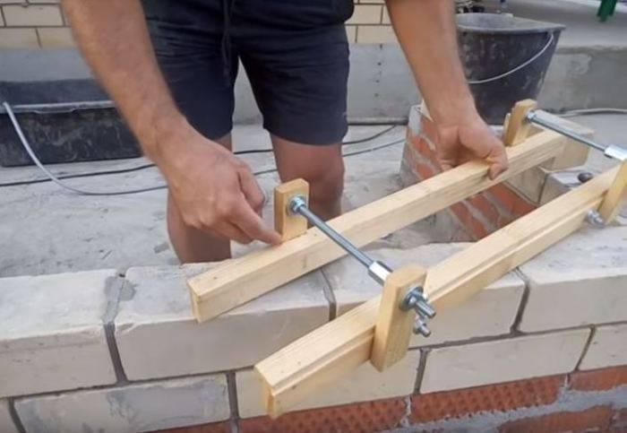 Какие приспособления используются для кладки кирпича?