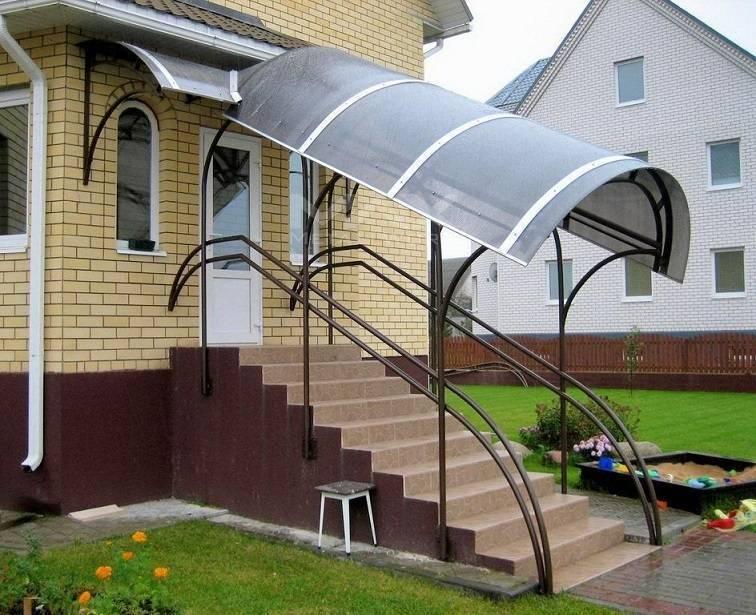 Как сделать навес над крыльцом частного дома?