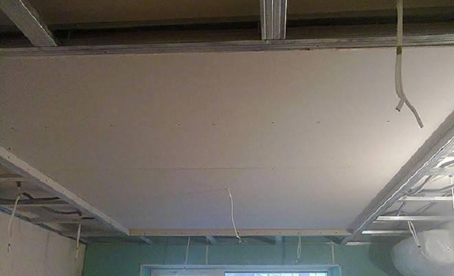 Комбинированный натяжной потолок на кухне с элементами гипсокартона