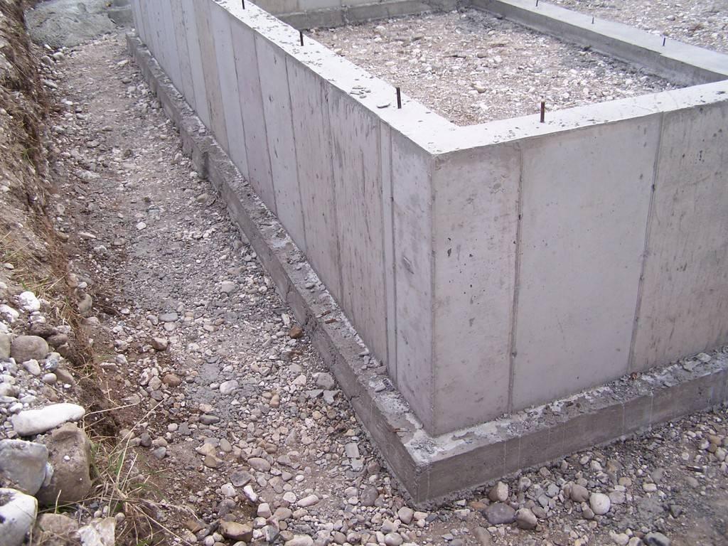Как поставить забор и столбы на болотистой местности: торфяная почва