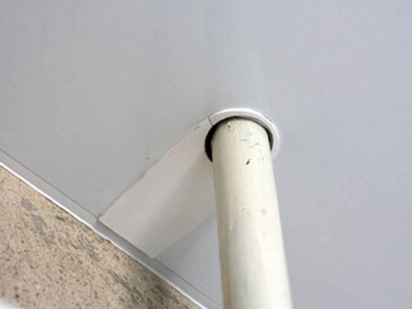 Как заделать дырку в натяжном потолке: самостоятельный ремонт
