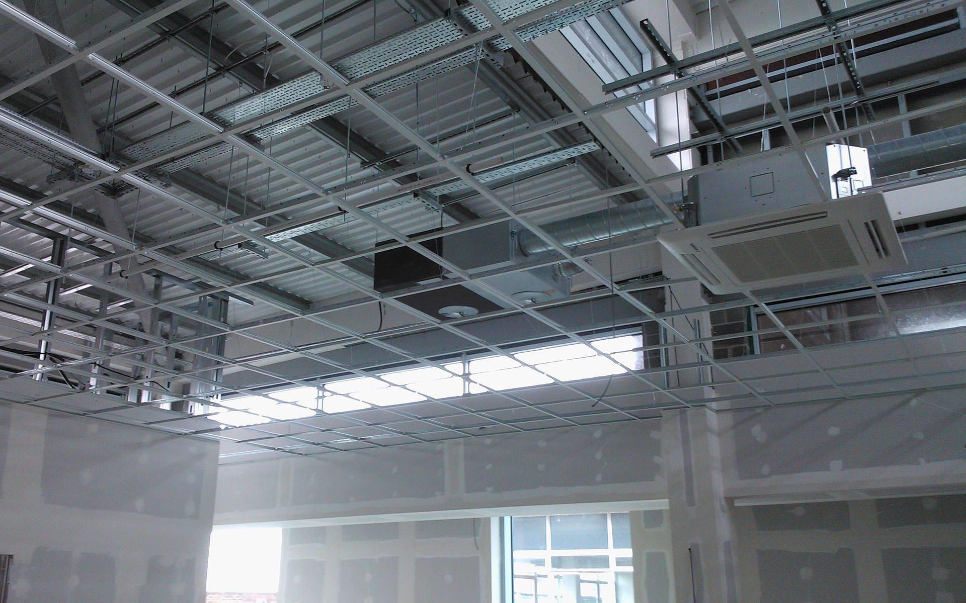 Демонтаж потолка армстронг: расценка в смете подвесного и цена за м2, типы и сколько стоят