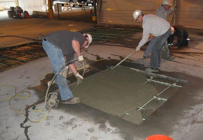 ровняет бетон