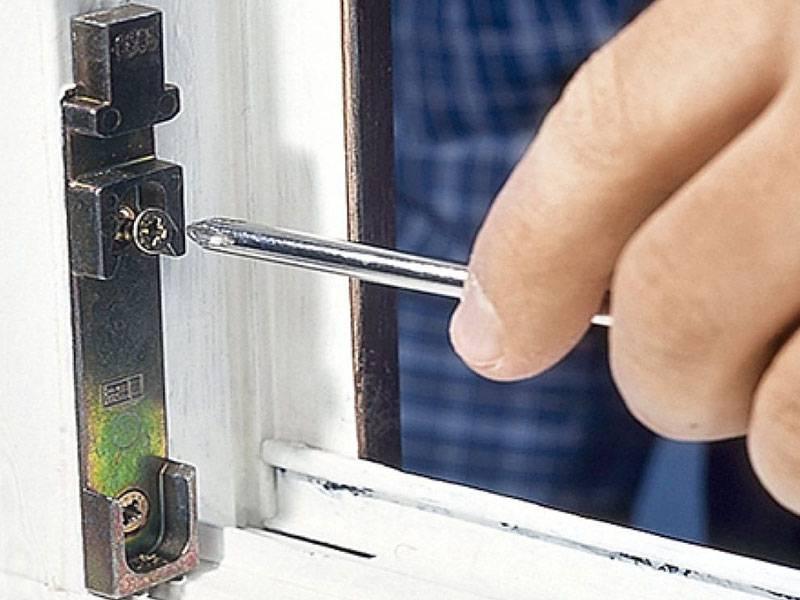 Ремонт механизма окна: поворотно-откидного, запорного, открывания и закрывания, замена элементов пвх, стоимость работы мастера с пластиковой фурнитурой