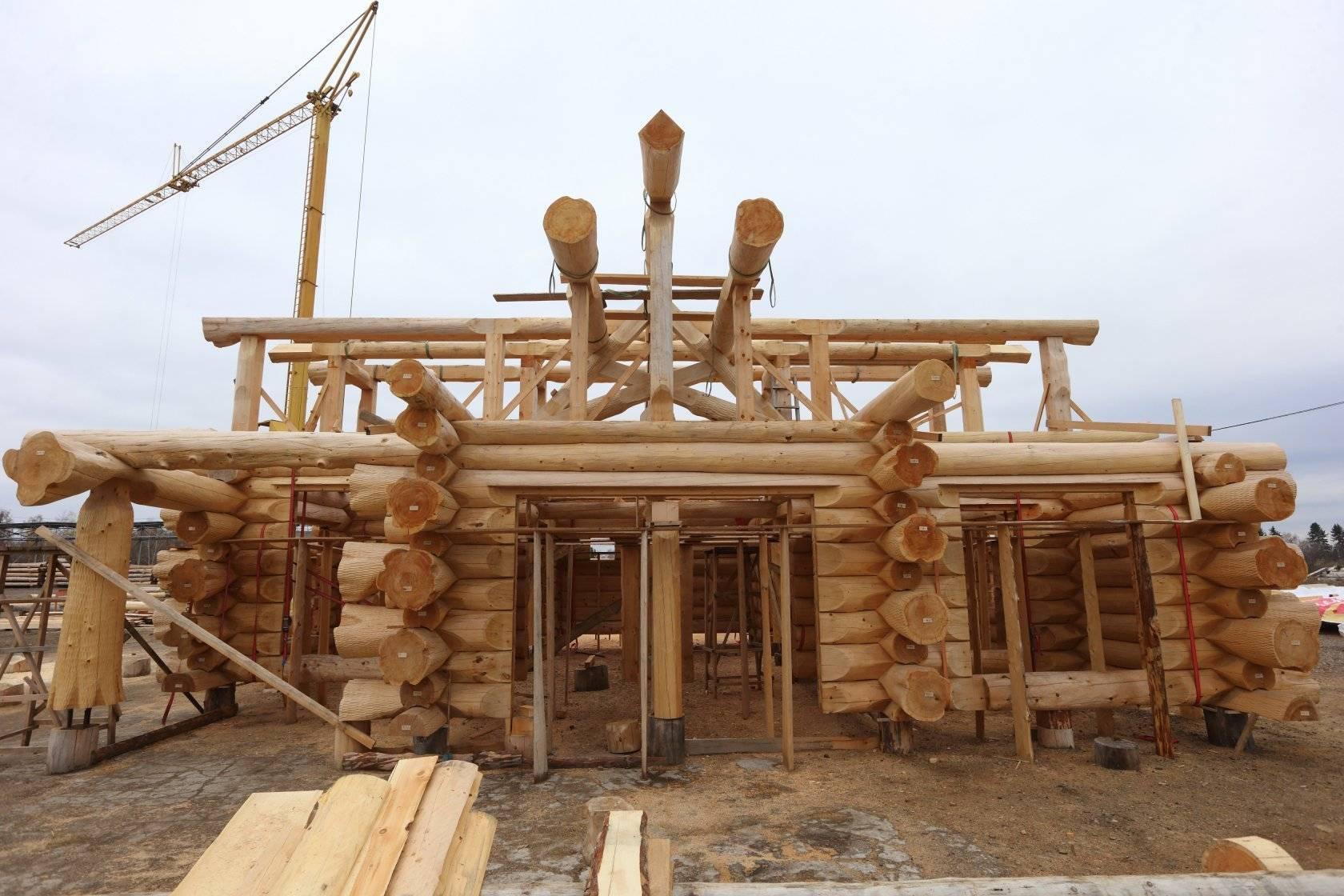 Дома из бревна большого диаметра от городлес (москва). фото крупного бревна срубов домов и бань ручной рубки