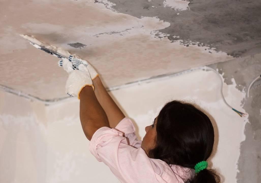 Как исправить разводы на стенах после покраски