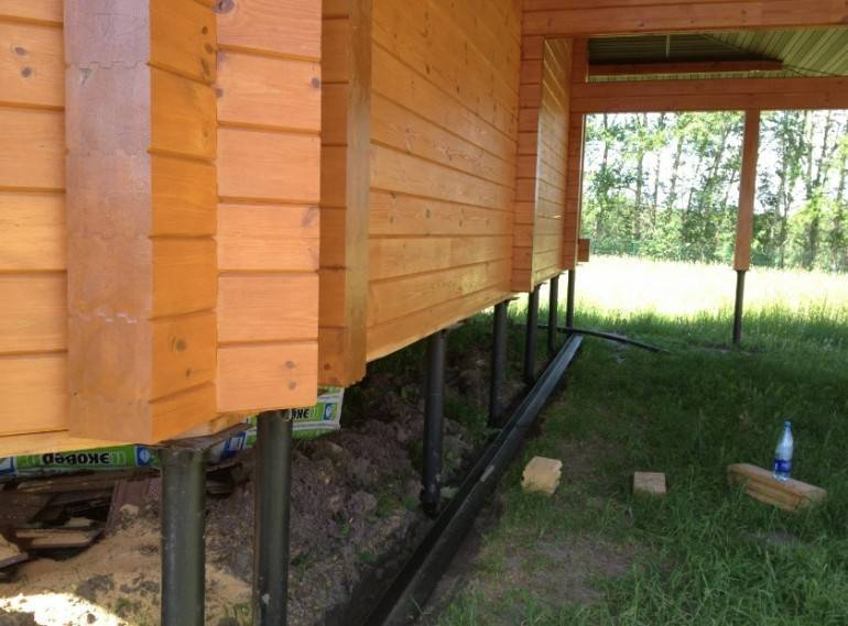 Как закрыть цоколь дома на свайном фундаменте?