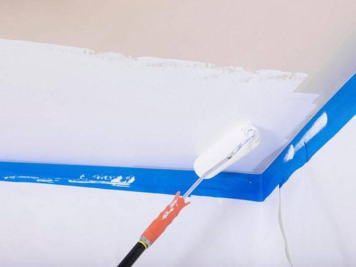 Как покрасить потолок без разводов своими руками водоэмульсионным или акриловым составом, как правильно шпаклевать старое покрытие и наносить раствор валиком?