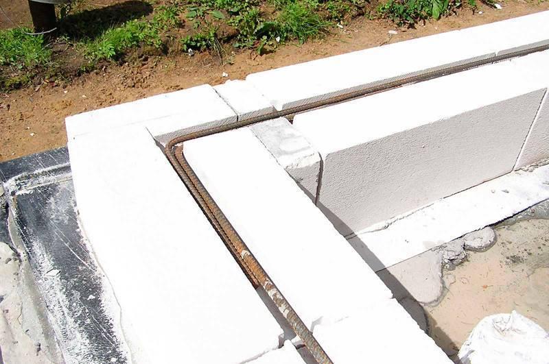 Первый ряд газобетона на фундамент: кладка блоков на цементный раствор