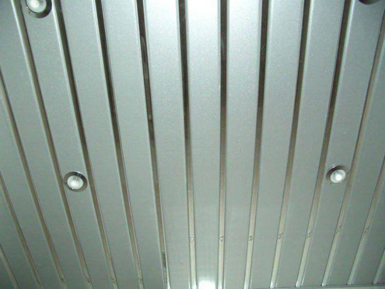 Реечный потолок в ванной комнате: каким может быть универсальное решение для интерьера