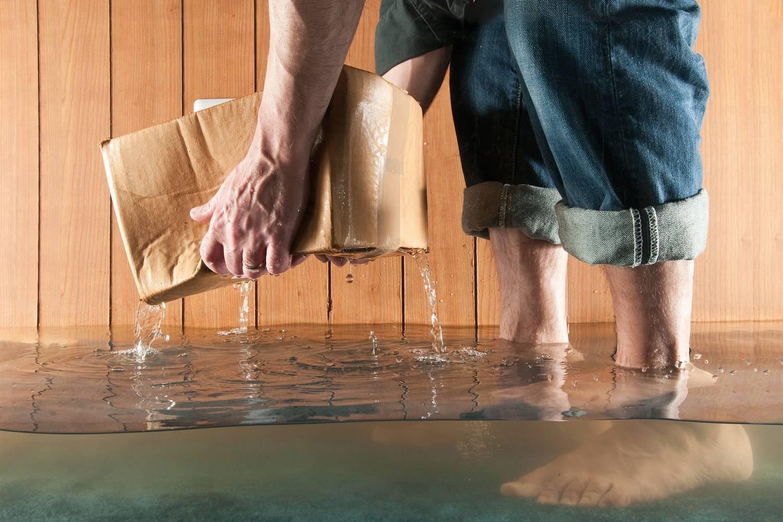 Затопили соседи сверху: что делать, куда бежать, кому звонить