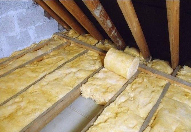 Как правильно утеплить потолок под холодной крышей: делаем монтаж утеплителя в доме