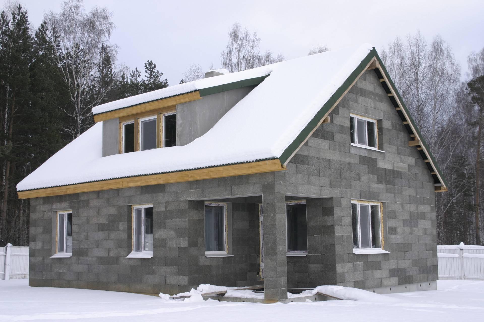 Проект частного дома из пеноблоков: видео-инструкция по монтажу своими руками, особенности строительства строений для узких участков, фото