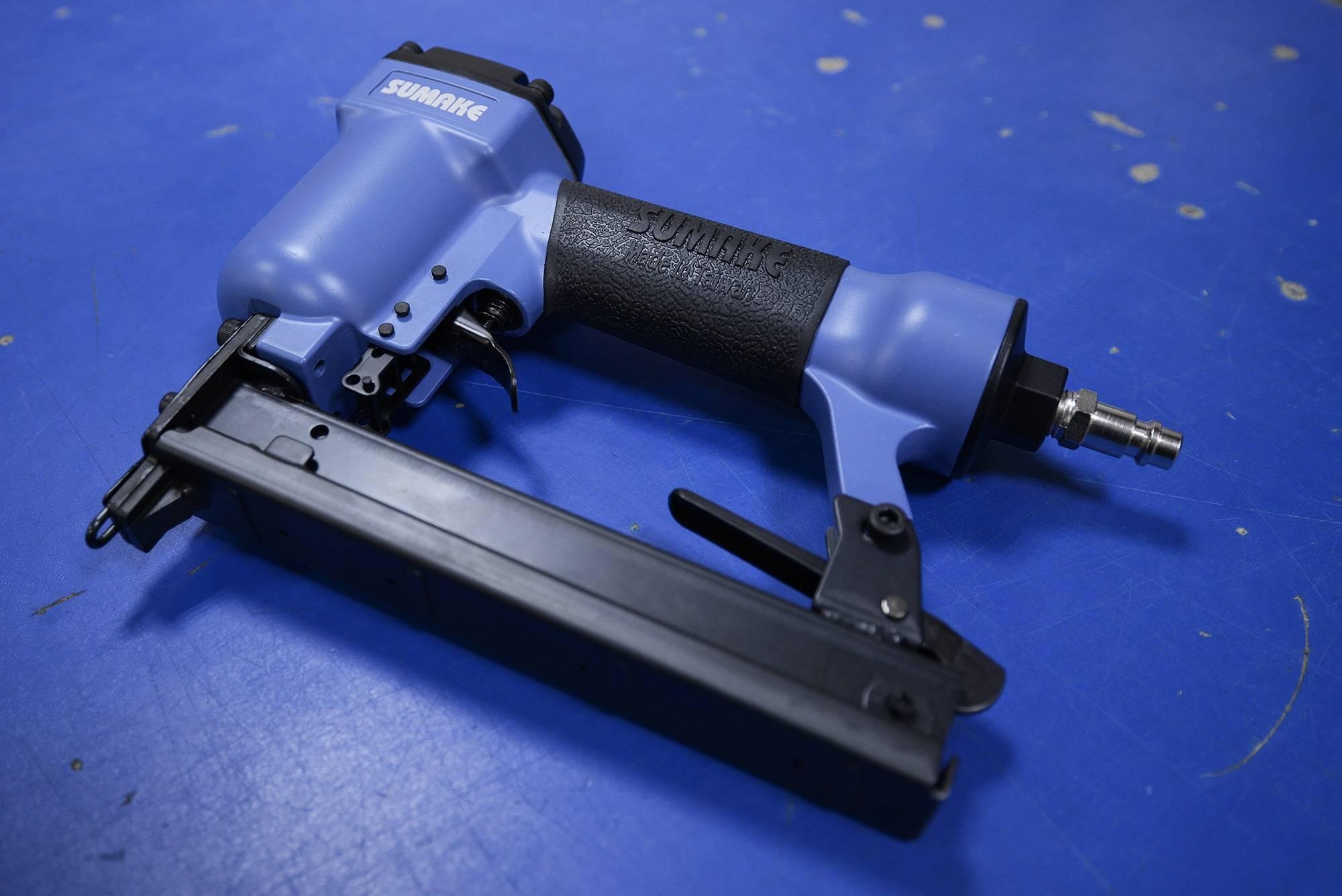 Качественный мебельный степлер: виды и как выбрать, зарядка инструмента, техника безопасности