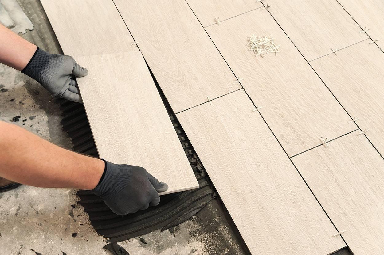 Укладка керамогранита на пол и стены своими руками: инструкция, бесшовная укладка, видео