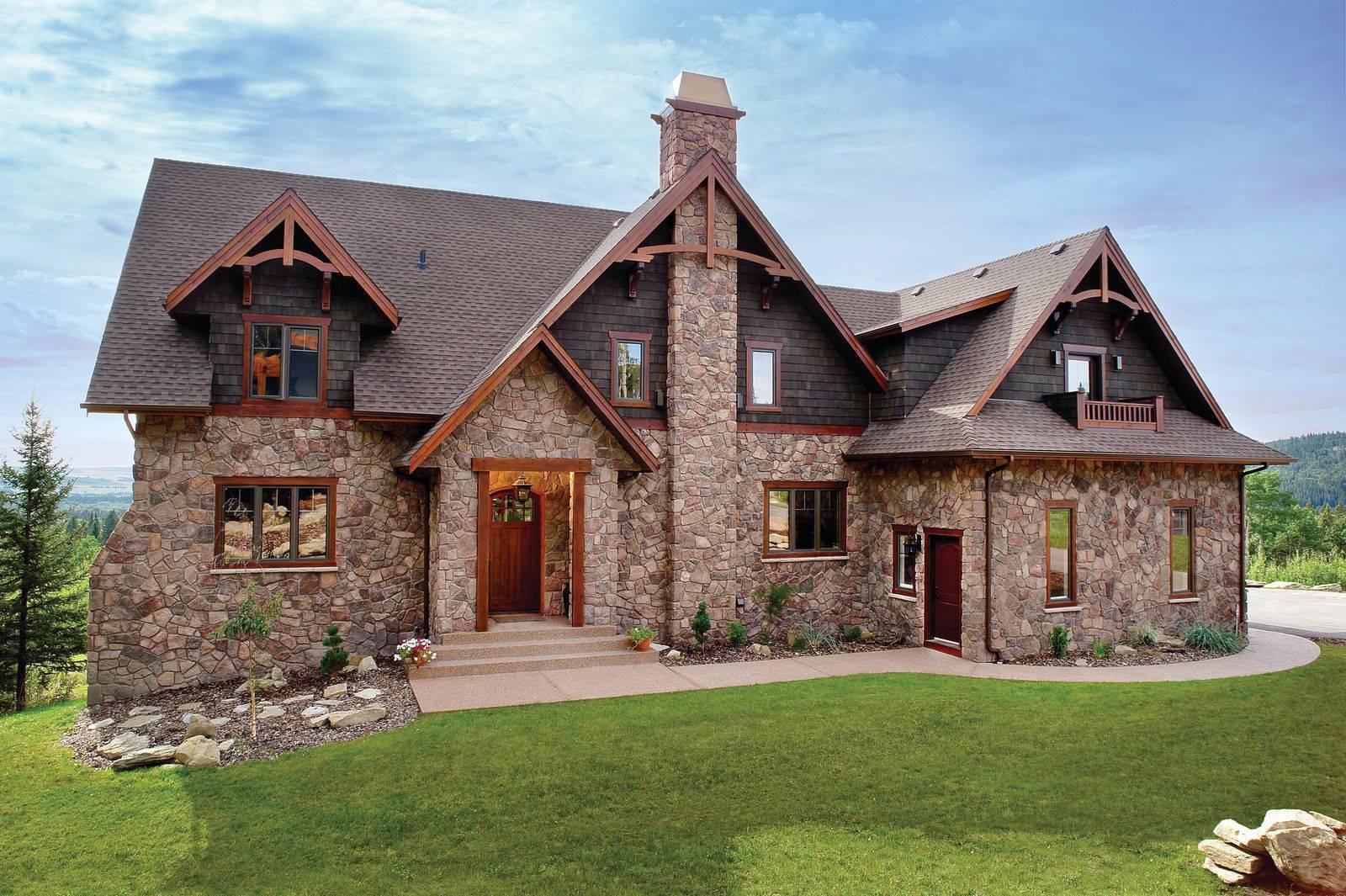 Облицовка фасада загородного дома натуральным камнем
