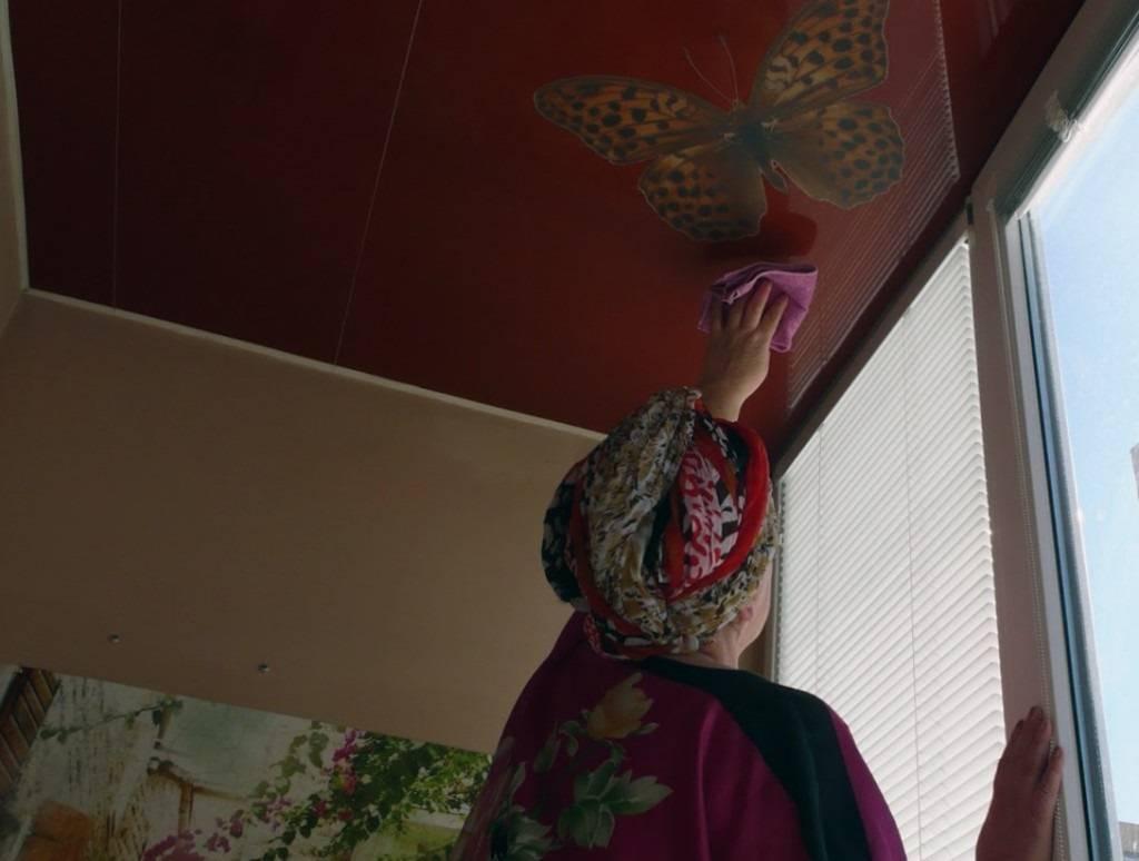 Как помыть глянцевый натяжной потолок без разводов в домашних условиях