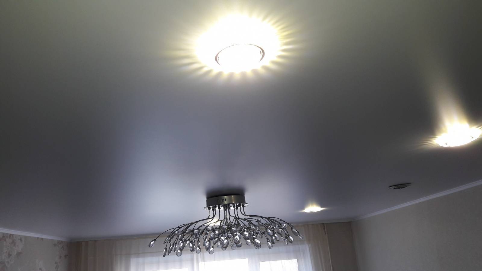 Какой натяжной потолок лучше — сатиновый или матовый