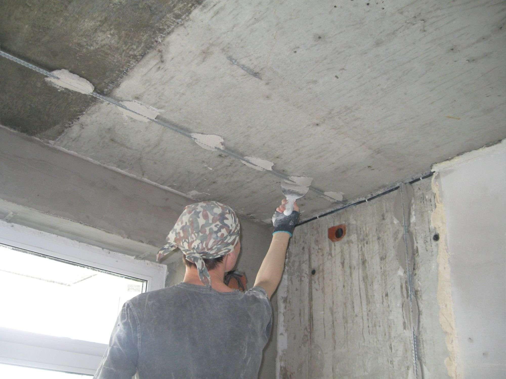 Штукатурка потолка по маякам своими руками - пошаговая инструкция