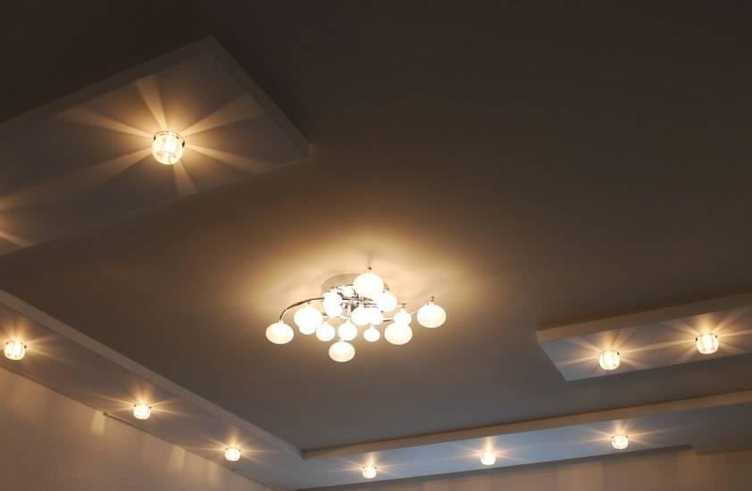 Как расположить светильники на натяжном потолке: варианты освещения комнаты и основные принципы монтажа светильников