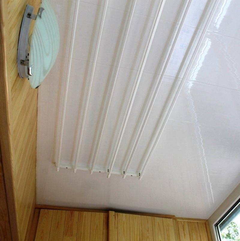 Сушилка для белья на балкон: потолочные, настенные +75 фото