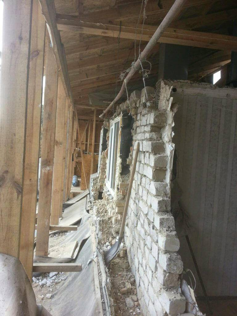 На старый дом новый фундамент можно соорудить своими руками