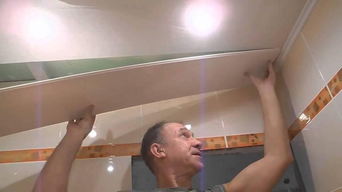 Делаем потолок из пластиковых панелей в ванной – пример с фото