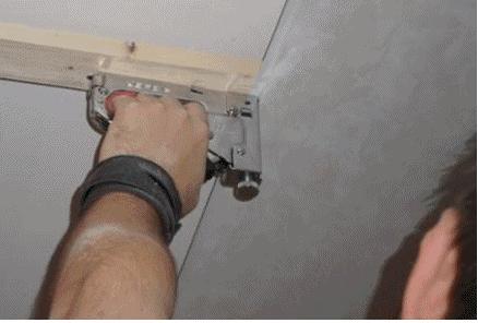 Как установить панели пвх на потолок: разметка, каркас и монтаж