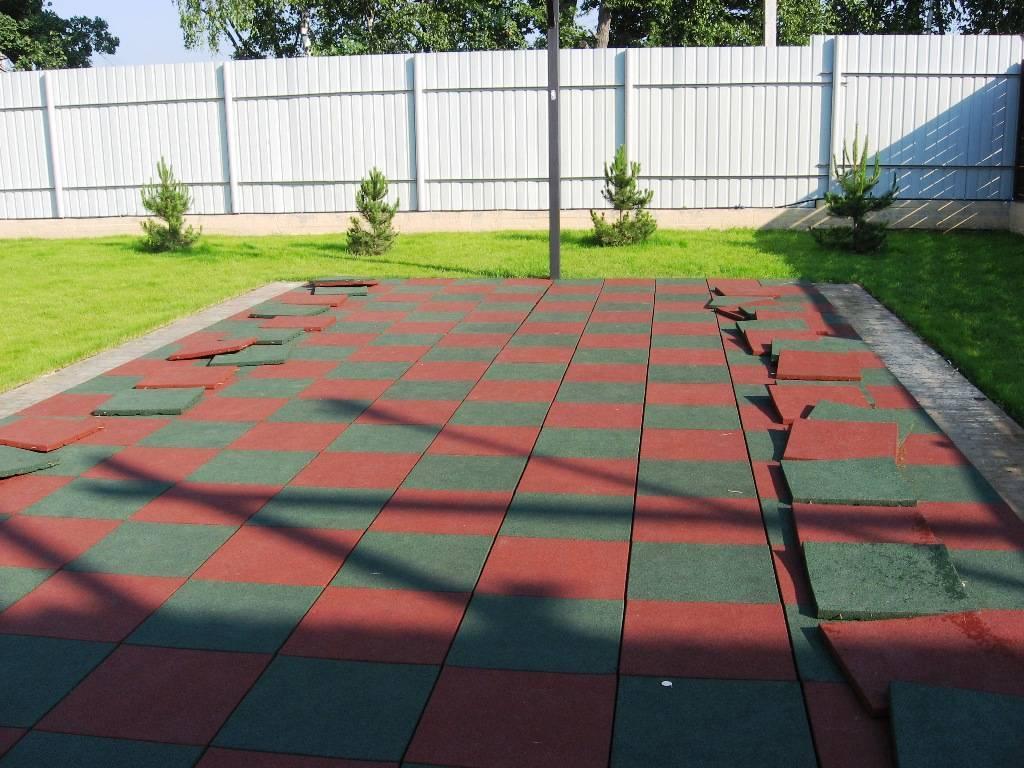 Резиновое покрытие для двора частного дома монтаж на детской площадке