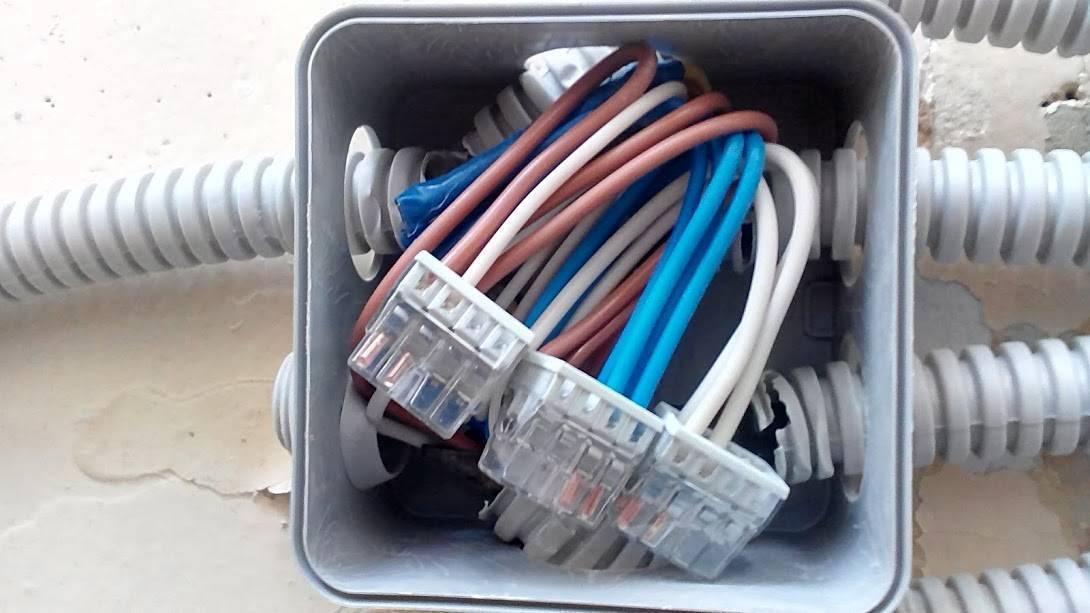 Как соединить провода в распределительной коробке?
