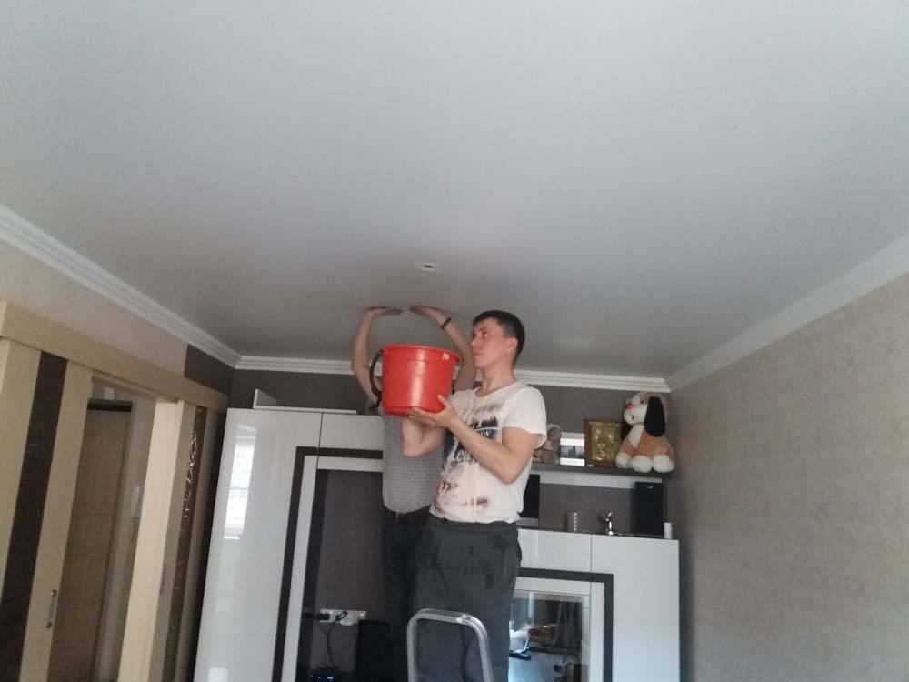 Как слить воду с натяжного потолка самостоятельно через светильник или люстру - видео