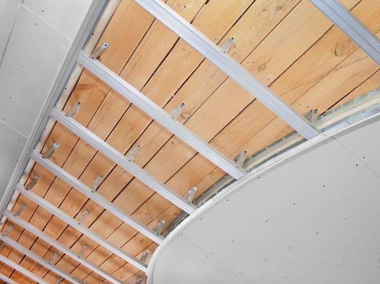 Отделка потолка в деревянном доме: штукатурка, гипсокартон, дерево, вагонка, шпонированные панели, массив и рельефные подшивные конструкции