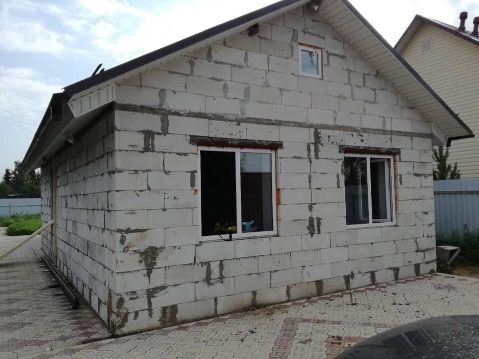 Утепление дома из пеноблока: как правильно и лучше обшить снаружи стены фасада с помощью пеноплекса, а также чем еще можно воспользоваться и нужно ли?