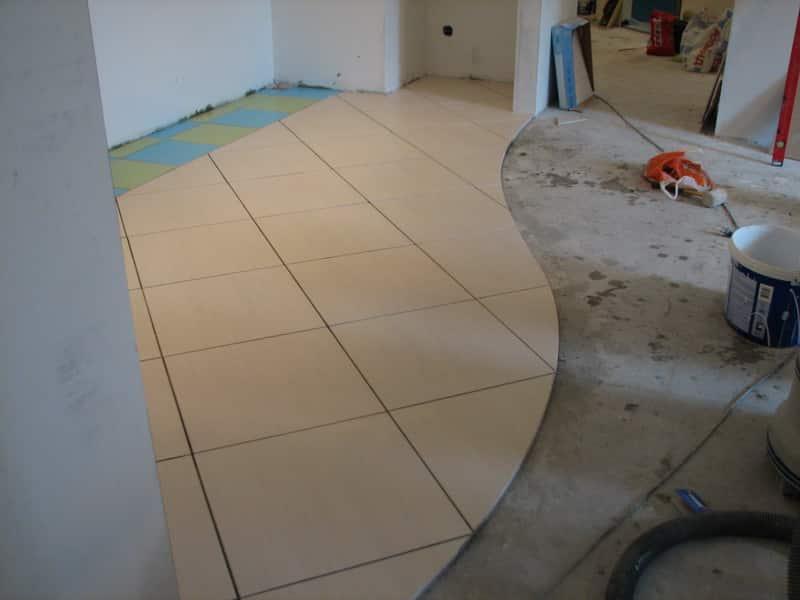 Как выбрать плитку на пол для кухни и коридора для зонирования или объединения