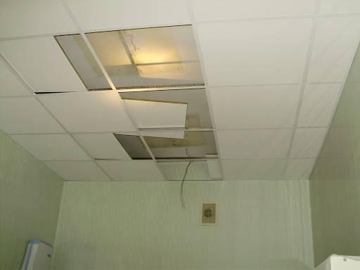 Демонтаж гипсокартонного потолка: как разобрать из гкл и цена за м2 подвесного