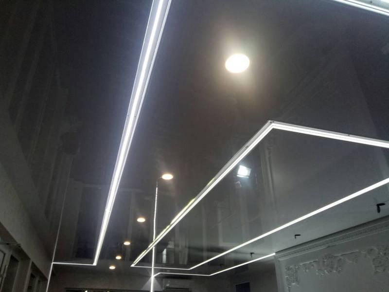 Установка и фото натяжных потолков с подсветкой по периметру
