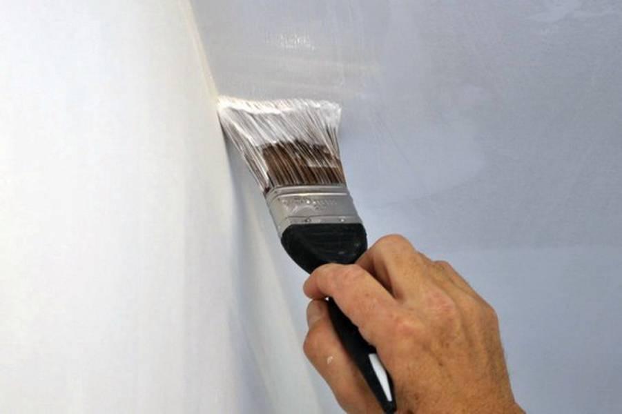 Причины появления бликов на потолке и как от них избавиться