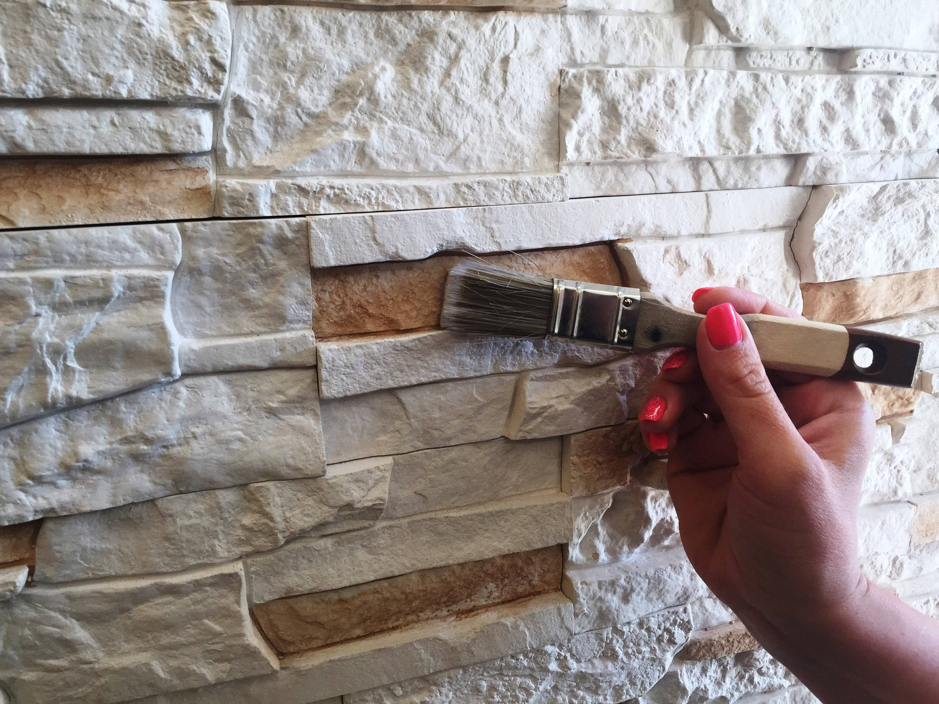 Как покрасить гипсовую стену, декоративный камень и плитку: как выбрать и нанести состав, подготовить инструменты и материалы?