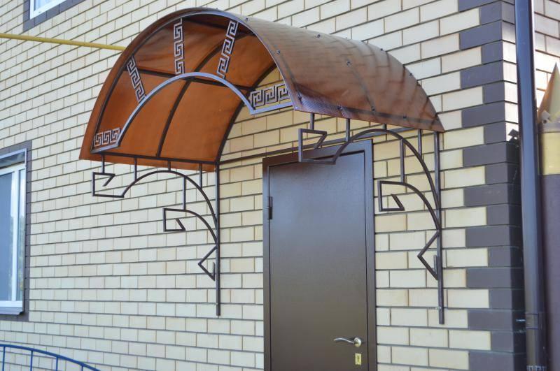 Навес над крыльцом входной двери
